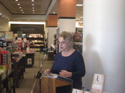Toba_reads_at_barnes_noble_diablo_2